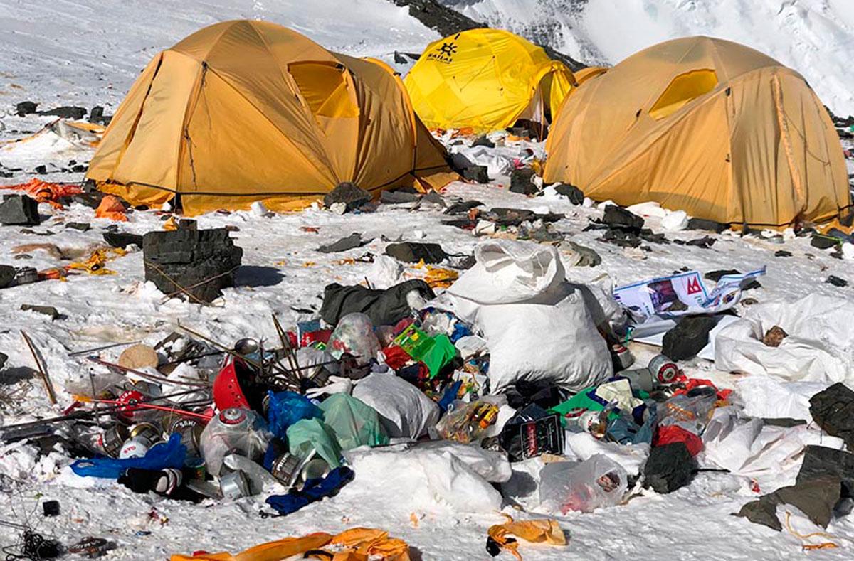 Hallan microplásticos en la cima del Everest, el mayor vertedero del mundo