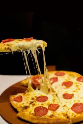 Kolbászos pizza jó sok sajttal - Gluténmentes recept