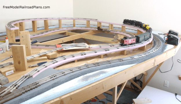 Free model railroad plans, O gauge, layout, spare bedroom, roadbed, elevated track, grade