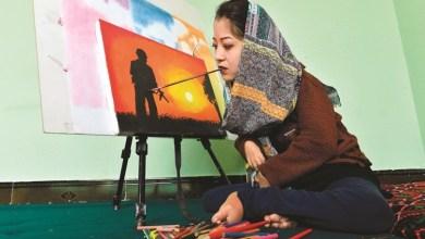 Photo of تتحدى الإعاقة والمجتمع.. رسم فتاة أفغانية في المعارض الدولية