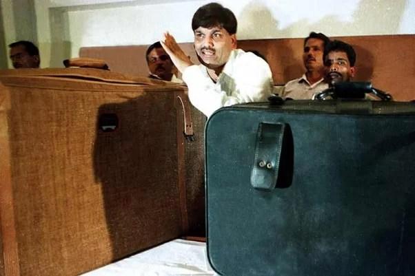 Harshad Mehta before the media at Taj Hotel, Mumbai, claiming he bribed PM Narsimha Rao