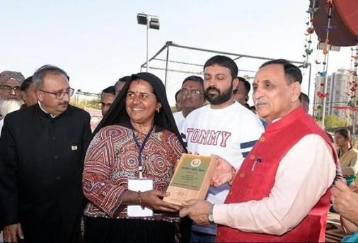 Pabiben Rabari being honoured by Chief Minister of Gujarat