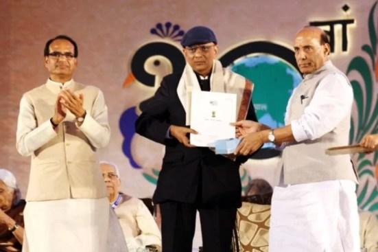 Dr. K. K. Aggarwal receiving the Hindi Samman