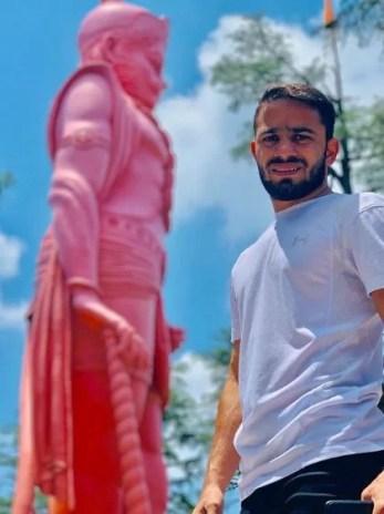 Amit Panghal with the idol of Lord Hanuman