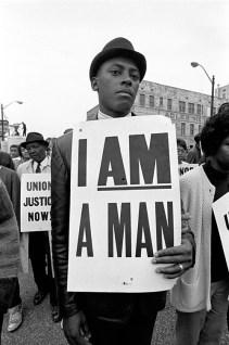 Homem negro protestando pelo direito de ser homem
