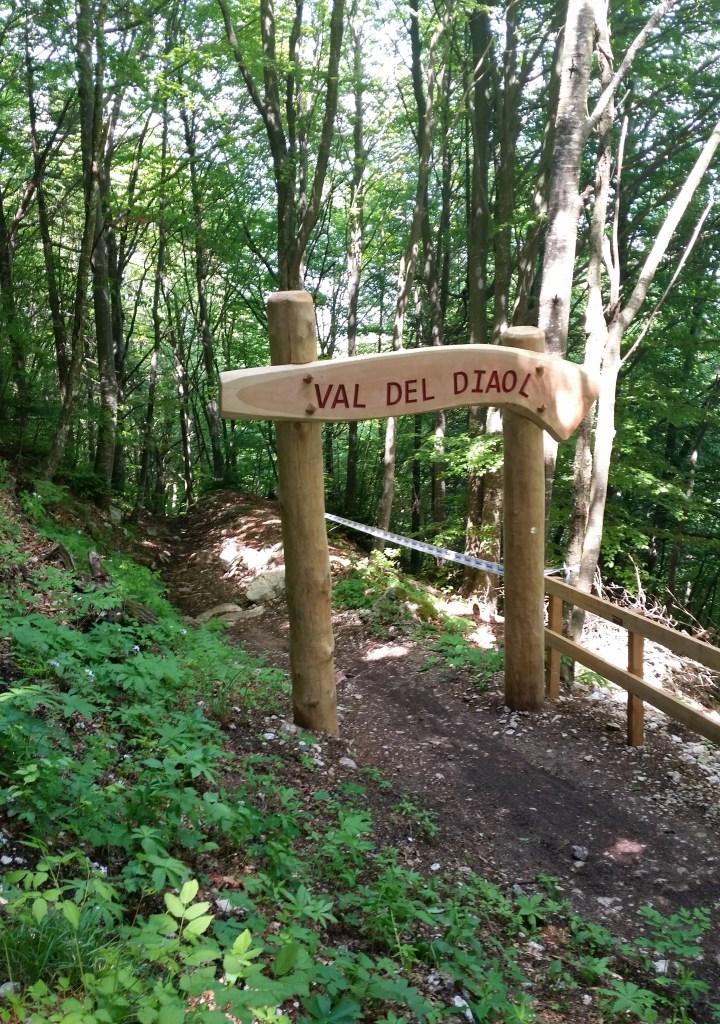 Val del Diaol, Downhillstrecke, los geht's auf wurzeligem Waldboden