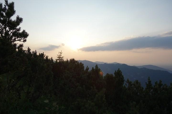 und zur im Westen untergehenden Sonne.