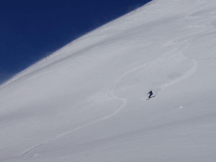 Rasant geht's obi im südseitigen Gipfelhang...