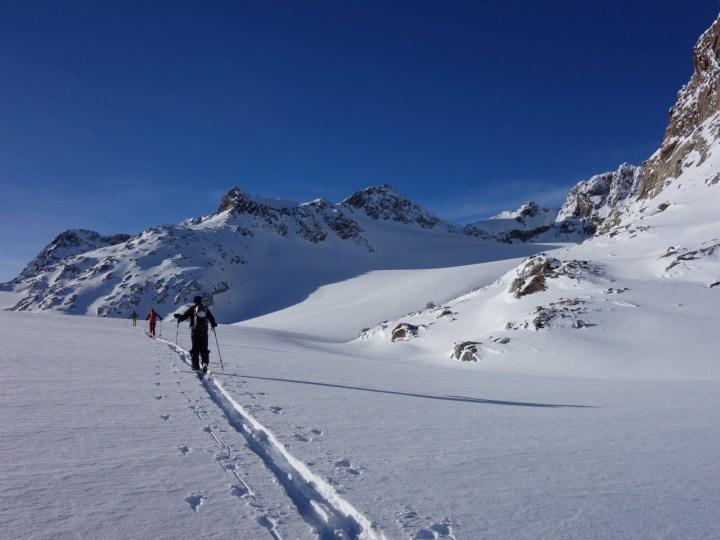 Ab 2.850 m kriegt man im Hochwinter das erste mal die Sonne zu Gesicht.  Am lisenser Ferner, links das Skispitzl mit mehreren Steilrinnen...