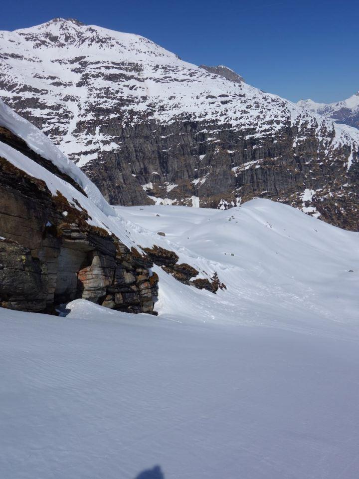 Abfahrt vom Furggeltihorn skiers left, unterhalb der Felsnase ist der Übergang...