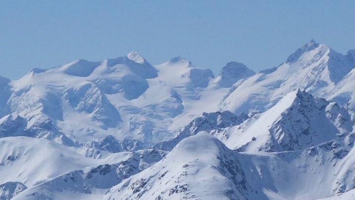Am Gipfel des Sentischhorn bietet sich fantastiche Aussicht auf die Bernina Gruppe, ganz rechts der berühmte Biancograd zum Piz Bernina.