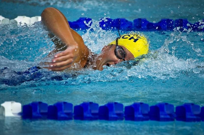 benefícios da prática esportiva natação