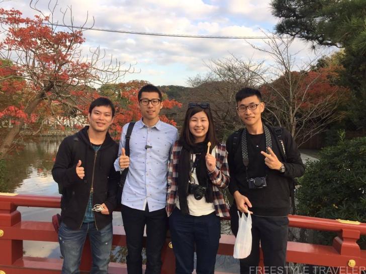 鶴岡八幡宮内の紅葉を背景に記念撮影