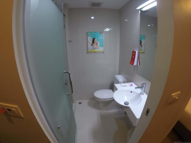 バスルーム。バスタオルとバスマットはサービスで付いている