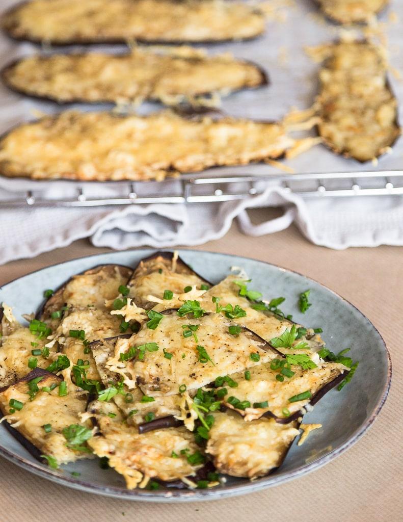 Une idée super simple et rapide pour un apéro végétarien et sans gluten :) des petites bouchées d'aubergine gratinées à l'emmental ! Miam miam !