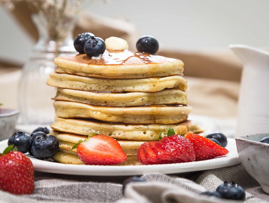 Une recette de pancake simple, rapide et avec un résultat tellement moelleux ! De vrais pancakes à l'américaine !
