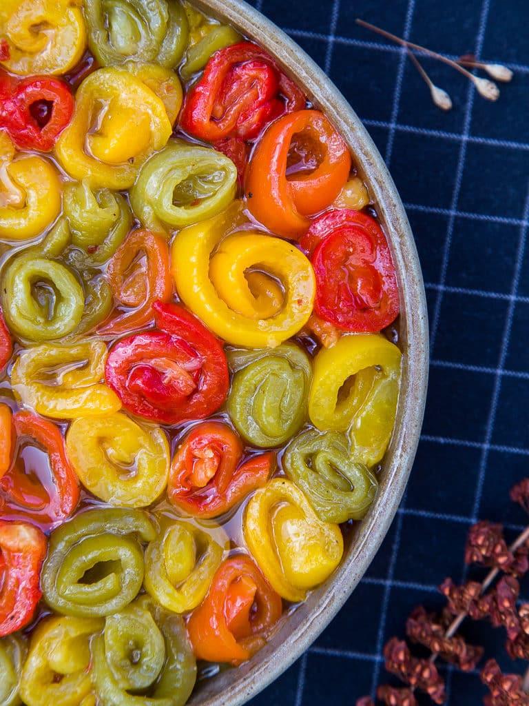 Une recette simple et facile de poivrons marinés à l'ail et à l'huile d'olive. Parfaits pour accompagnés les salades, les bbq, ou en apéro ! (végétarien, vegan, sans gluten)