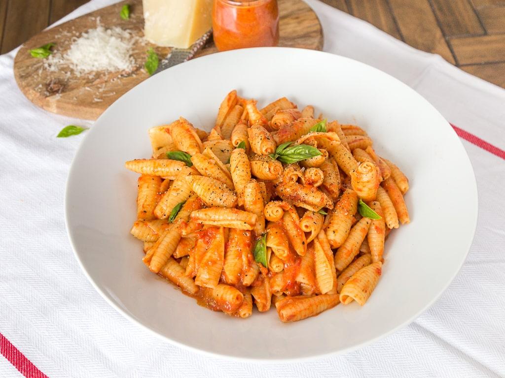Une recette de sauce aux poivrons rouges super onctueuse, sans gluten et sans lactose ! Idéale pour faire manger des légumes incognito aux enfants ! Recette végétarienne, vegan, végétalienne.