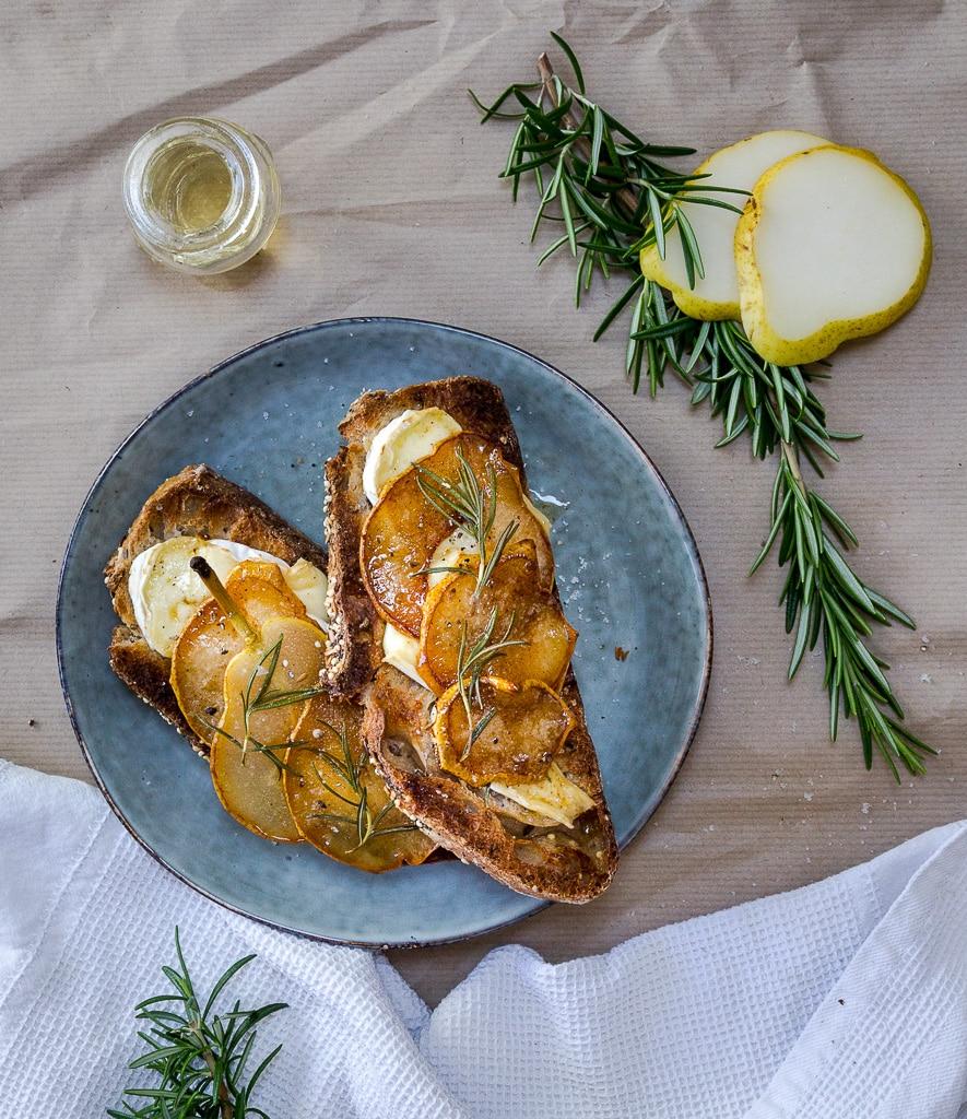 Des tartines croustillantes avec du brie fondant et des poires caramélisées. Une idée parfaite pour l'apéro ou pour le dîner accompagnées d'une salade ! #végétarien