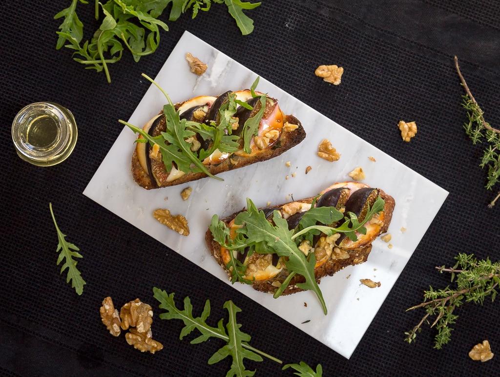 Une idée archi simple pour un apéro dînatoire ou un dîner en tout simplicité avec ces tartines chèvre/figue. Recette végétarienne.