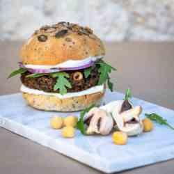Une recette de burger vegan avec une galette aux champignons shitaké et pois chiches