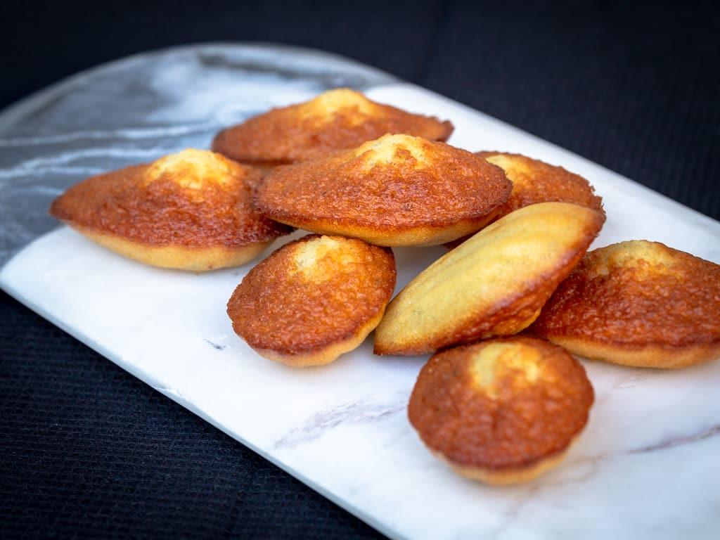 Une recette de madelaines faites maison à la vanille et délicatement parfumées au citron :)