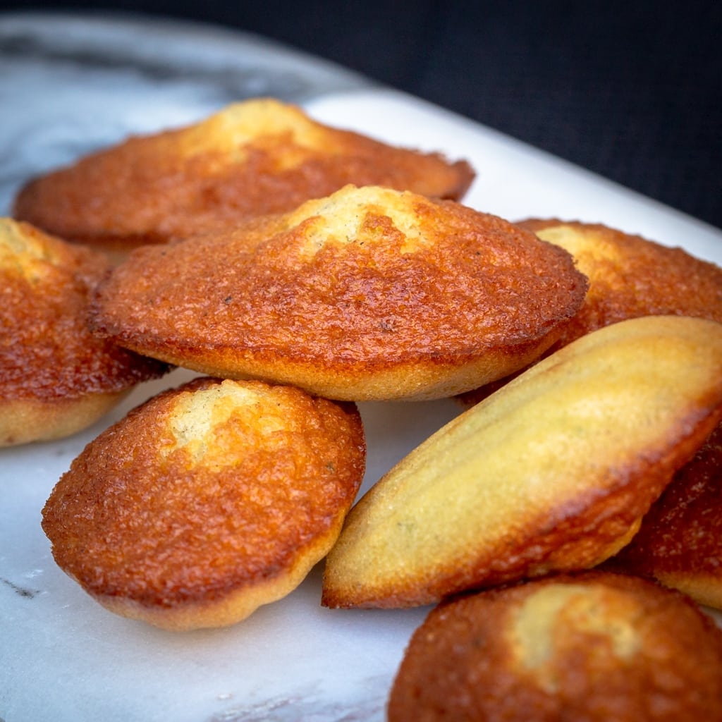Une recette de madeleines faites maison à la vanille et délicatement parfumées au citron :)