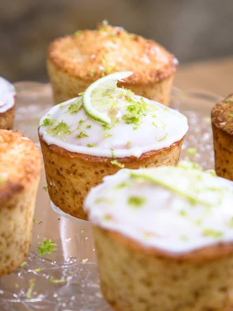 Une recette simple et rapide de muffins à la noix de coco râpée et au citron vert ! Que du bonheur !