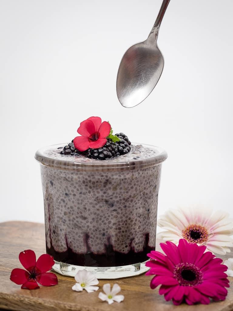 Le chia pudding, vous connaissez ? Idéal pour un petit-déjeuner sain et rapide, il est vegan et sans gluten ! Voici une recette avec des bonnes mures, à adapter selon vos envies :)