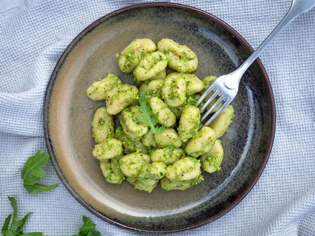 Une recette de gnocchis classiques faits maison, super moelleux ! Une recette végétarienne.