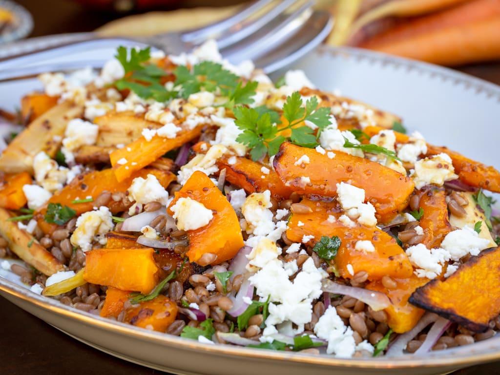 Une belle salade végétarienne automnale pleine de légumes rôties au miel (courge, carottes, panais), du petit épeautre et de la fêta !