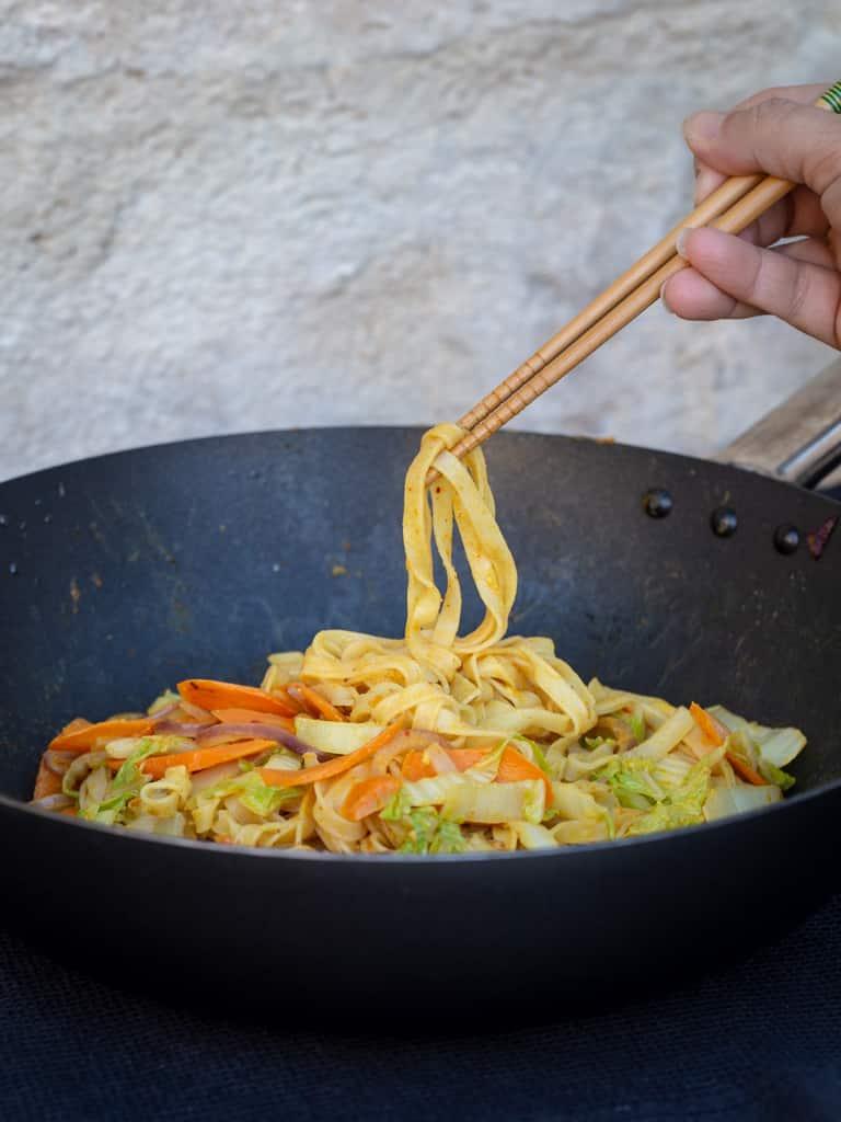 Une recette de sauce satay, à intégrer dans vos plats. Idéale avec des nouilles sautées aux légumes ! Recette vegan, végétalienne, végétarienne et sans gluten !