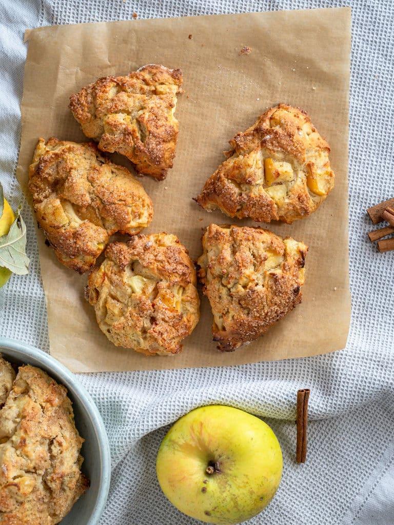 Une recette pour faire de bons scones moelleux à la pomme et à la cannelle !