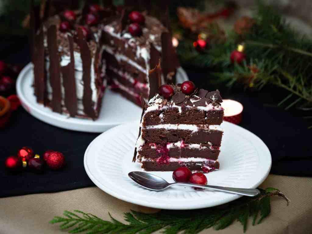 Une recette festive de forêt noire revisitée avec des cranberries à la place des cerises ! Un vrai dessert de Noël comme on les aime !
