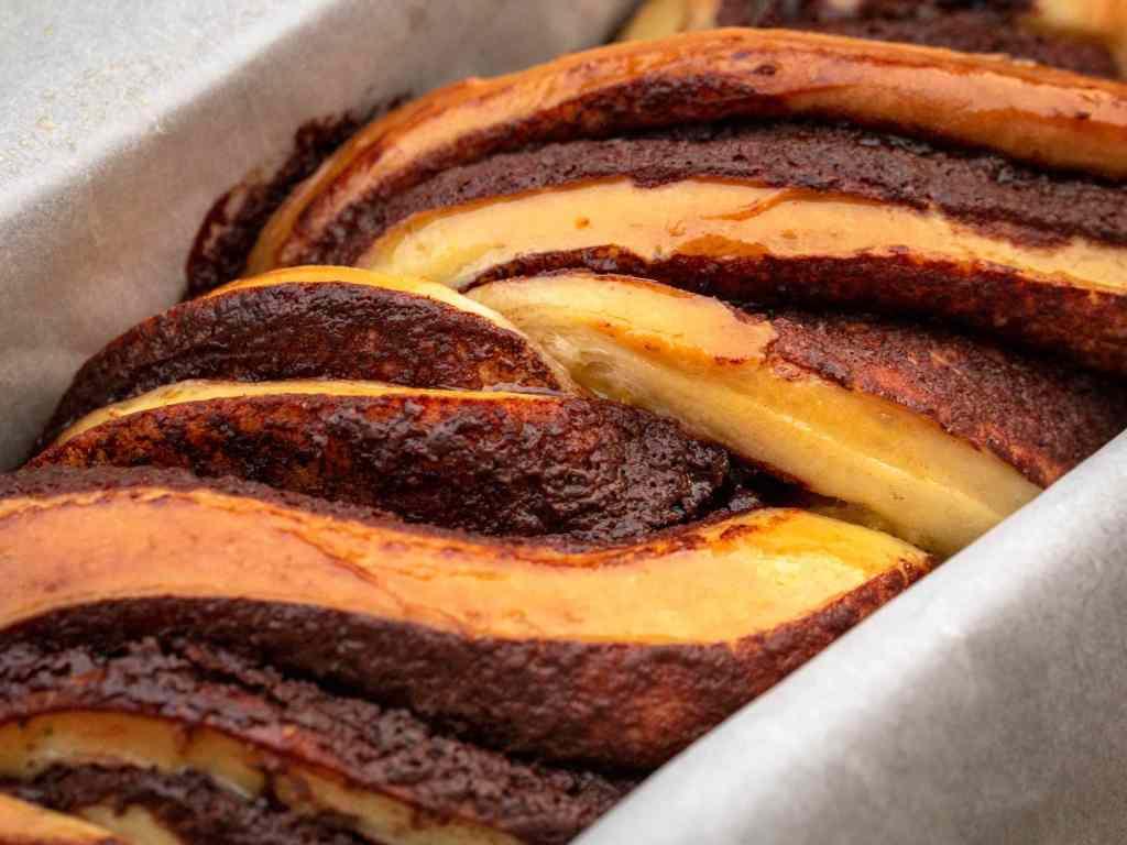 Une recette de brioche babka super moelleuse à l'orange et au chocolat !  Un régal pour le goûter ou le petit-déjeuner !