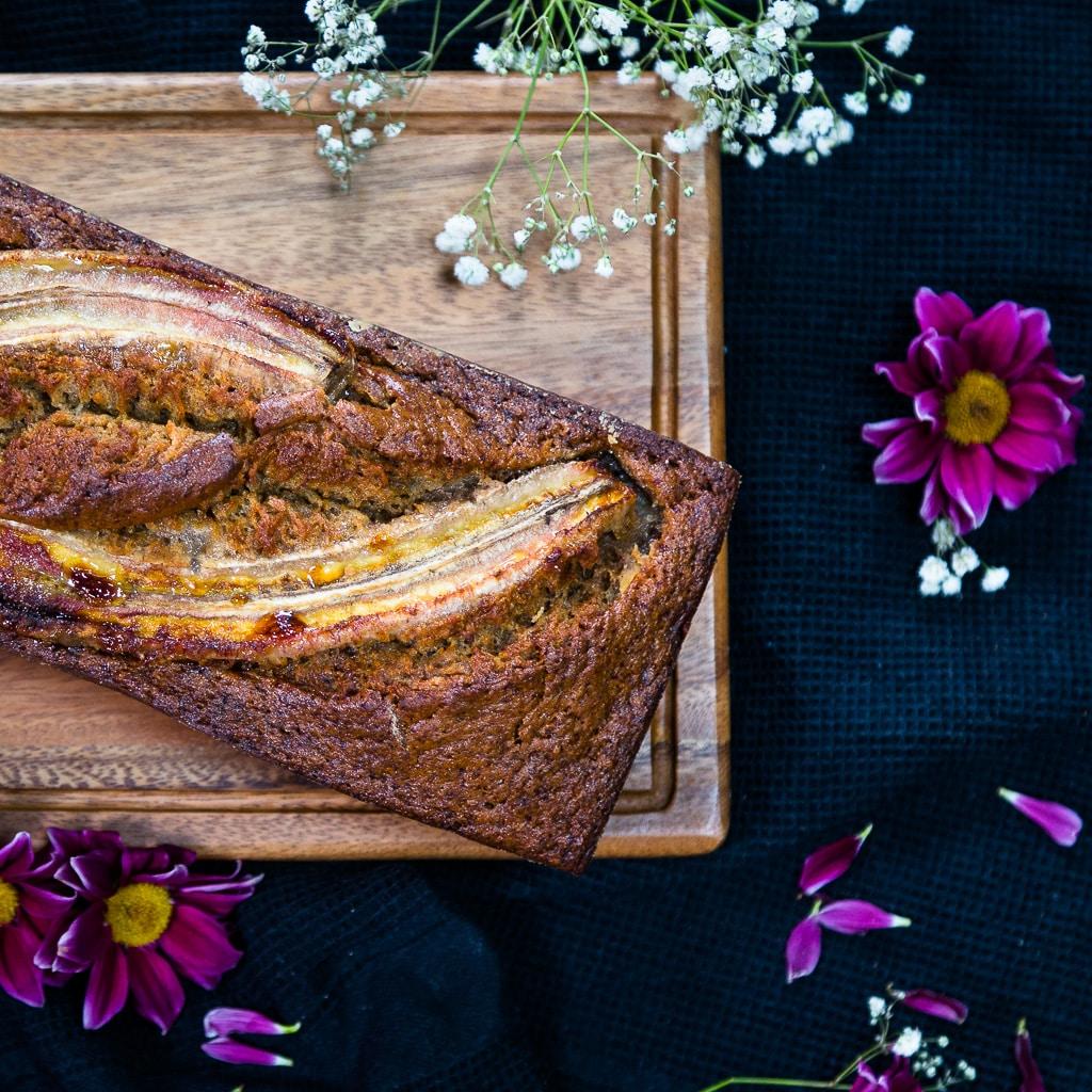 Une recette super simple et rapide de cake à la banane et aux épices ! De la vanille, de la cannelle, un peu de noix de muscade !!! Mmmh ! En plus, c'est la recette parfaite pour utiliser vos bananes trop mûres !