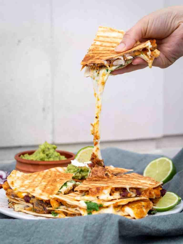 Une recette de quesadillas végétariennes et sans gluten, avec des tortillas de maïs, de la patate douce et de la mozzarella ! Que du bonheur !