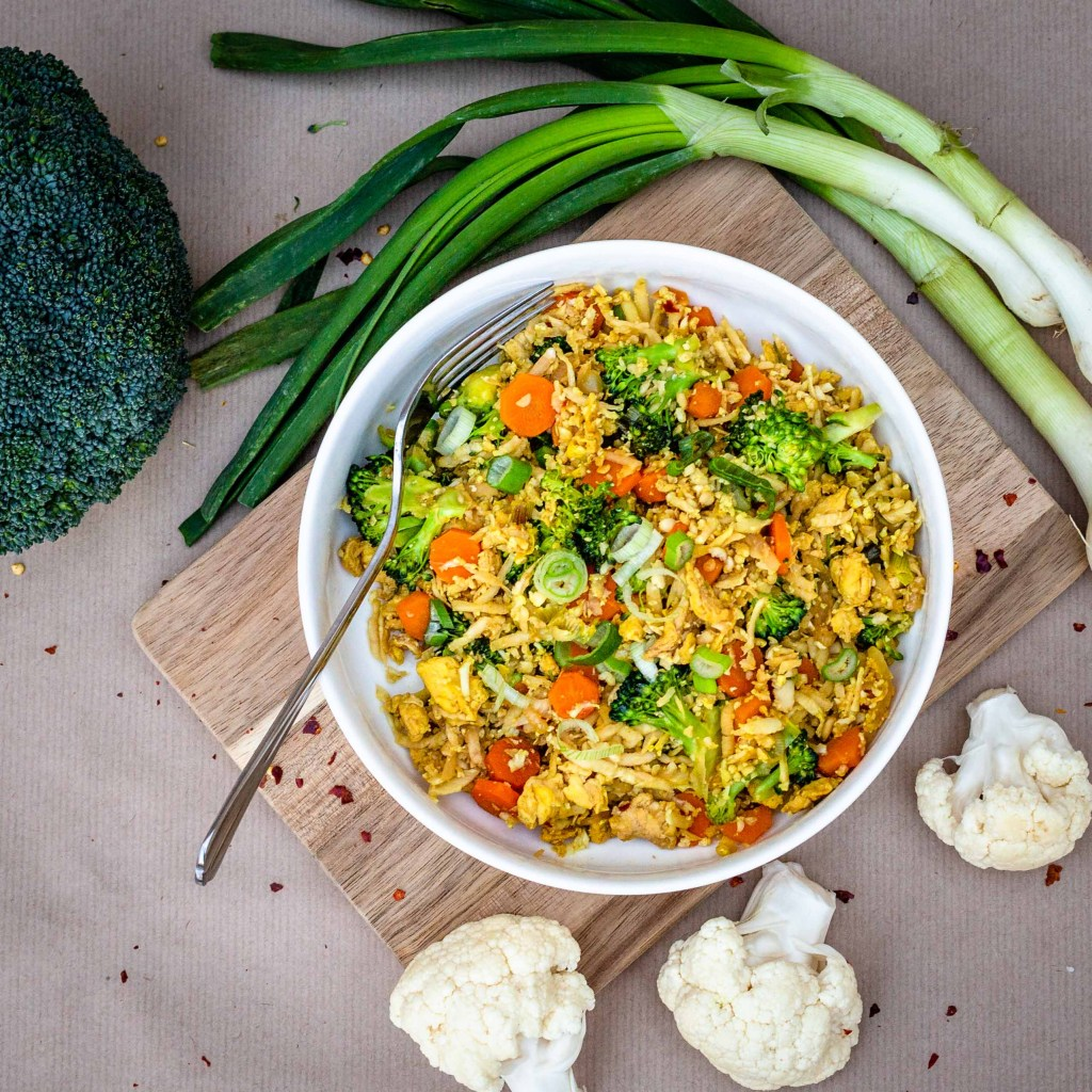 Une recette de riz sauté aux petits légumes, sauf qu'il n'y a pas un seul grain de riz, mais du chou fleur à la place ! Recette vegan, végétalienne, sans gluten, végétarienne
