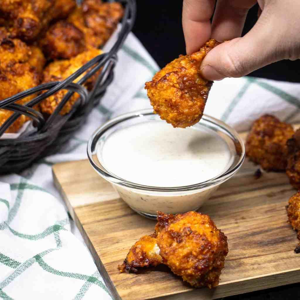 Une recette de chou fleur façon wings à la sauce BBQ.  Recette végétalienne, végétarienne.