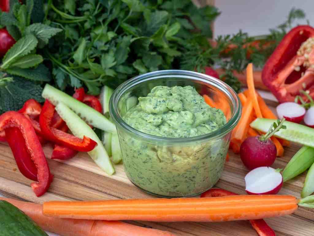 Recette de Green Goddess ! Un assaisonnement à base d'avocats et d'herbes fraîches. Recette végétarienne, ou même végétalienne, sans gluten.