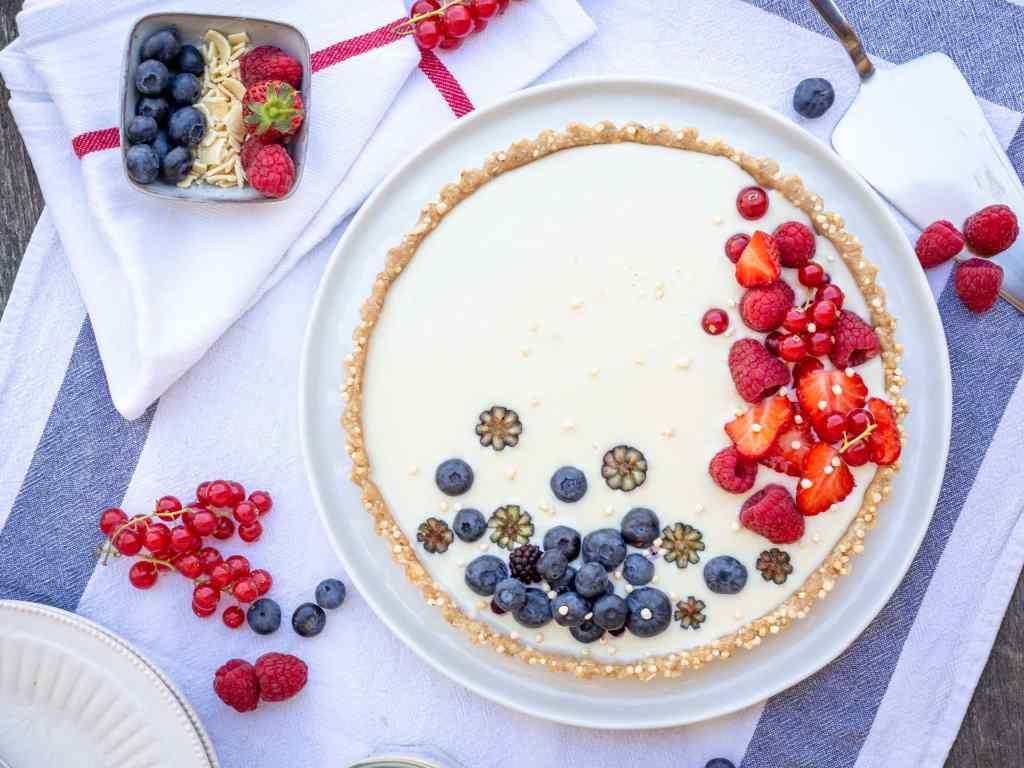 Recette de tarte crue vegan, végétalienne au chocolat blanc et noix de coco, avec un fond de tarte sans farine, sans gluten.