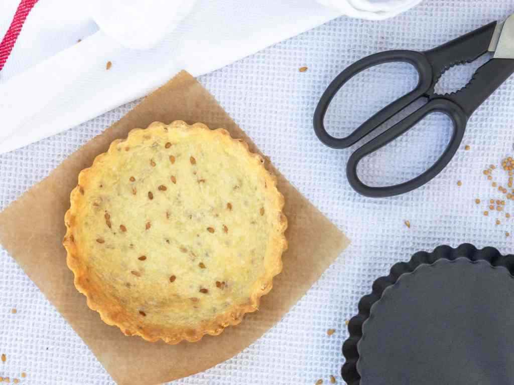 Une recette super rapide et simple de pâte à tarte brisée, salée et vegan.  Recette végétalienne.