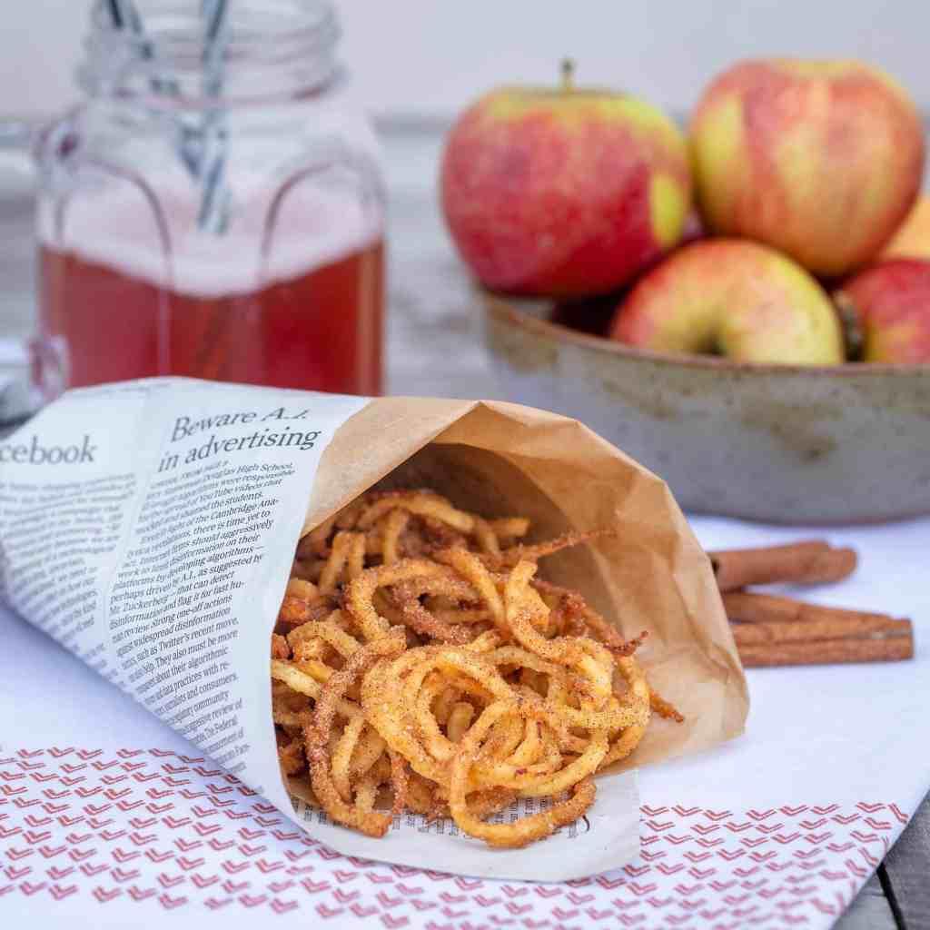 Les Churripom', ce ne sont pas plus que de belles pommes spiralisées, farinées et fritent, avant d'être saupoudrée de sucre et de cannelle! C'est gourmand, croustillant et régressif à souhait !