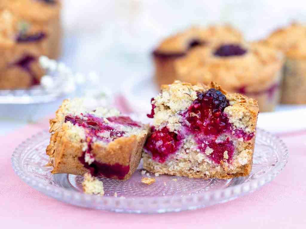 Des muffins sans gluten, moelleux et gourmands, à la mûre et à la banane. Ils sont recouverts d'une croûte de granola pour apporter une petite touche de croustillant !