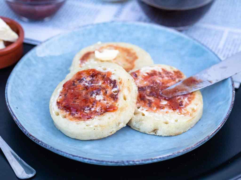 Des petits pains moelleux et spongieux, avec un côté lisse et un côté parsemé de petits trous où viennent se loger le beurre, la confiture ou encore la pâte à tartiner choco/noisettes... Hello les crumpets !
