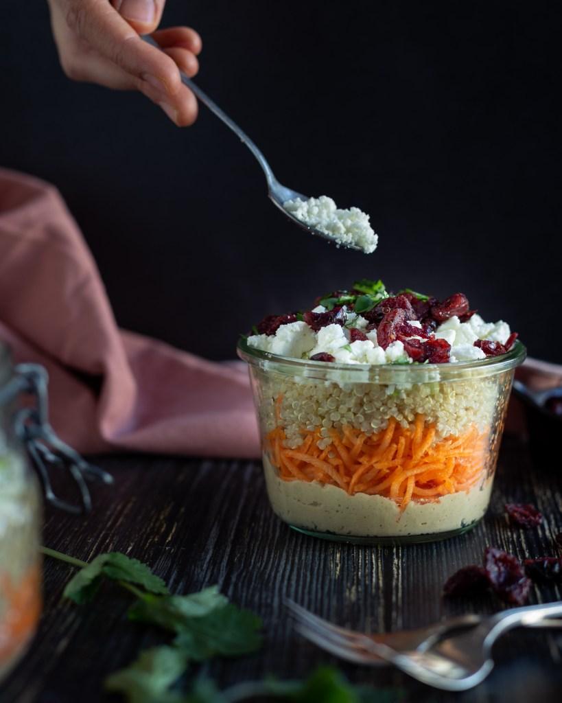 Découvrez la recette de cette salade d'hiver, au houmous, quinoa et cranberries séchées !