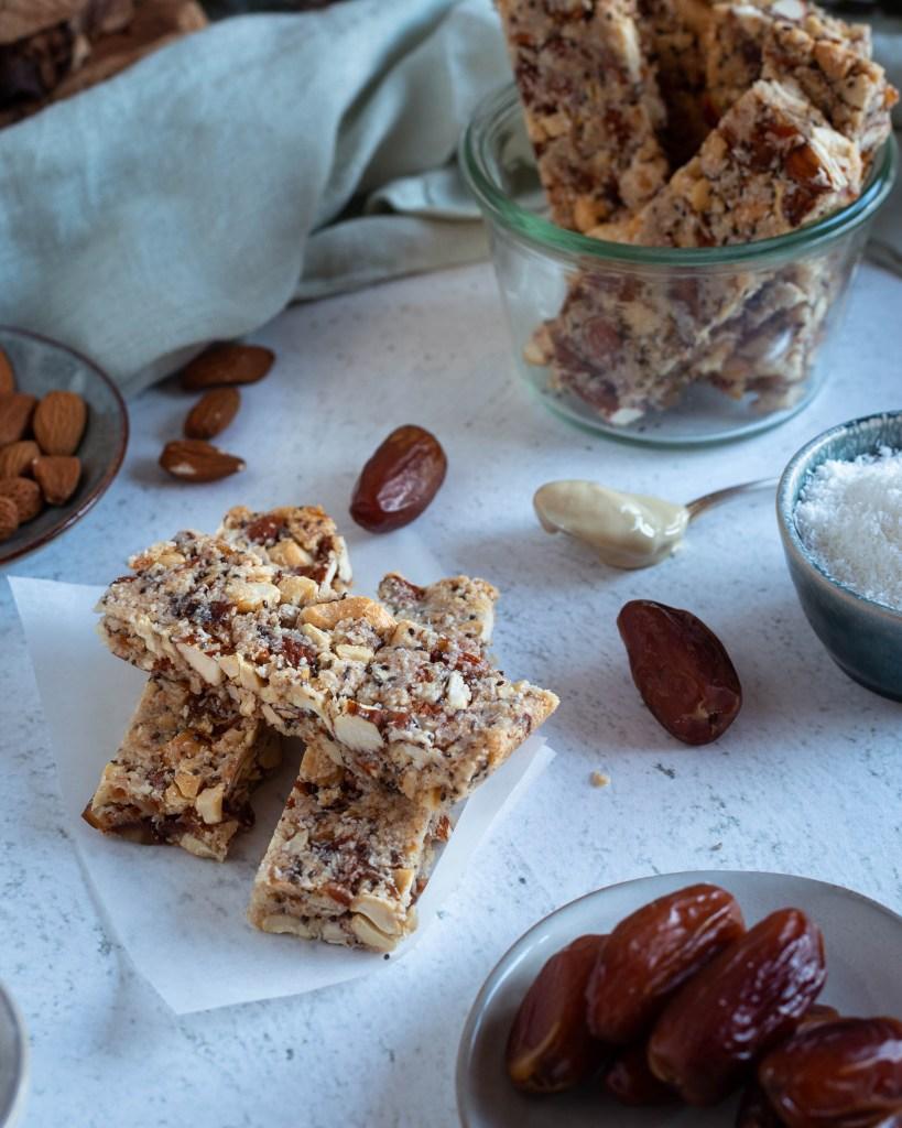 Des barres énergétiques aux fruits secs et aux noix faciles à préparer avec seulement 8 ingrédients. Faciles à préparer, ultra saine, véganes et sans gluten.