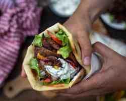 Découvrez cette recette bluffante de gyros végétariens (ou vegans) tout comme en Grèce! Avec des belles pitas maison bien épaisses, du tzatziki et surtout des pleurotes marinées à tomber par terre !