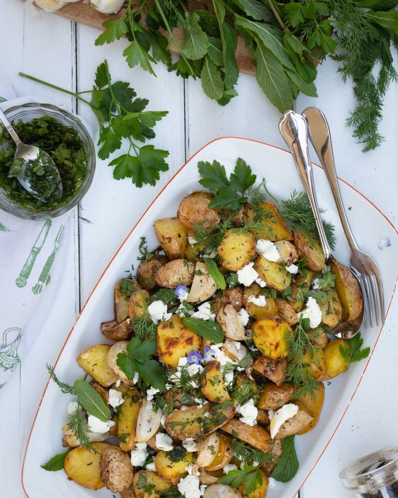On parle de ma passion pour les pommes de terre ? Dans cette recette, elles sont parfumées à k'ail et aux herbes fraiches, puis rôties au four ! Un pur délice !