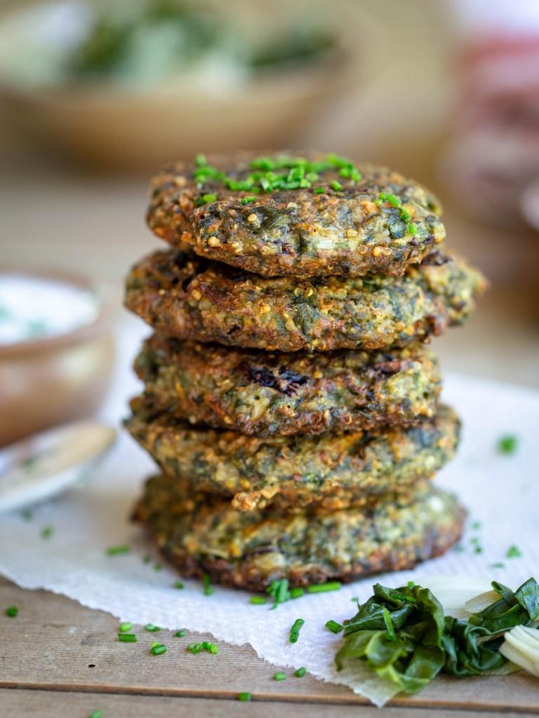 Voici une recette pour cuisiner vos blettes un peu différemment ! En galettes avec du quinoa, du comté et de la farine de sarrasin ! Idéales pour garnir un burger, elle sont sans gluten et végétariennes.
